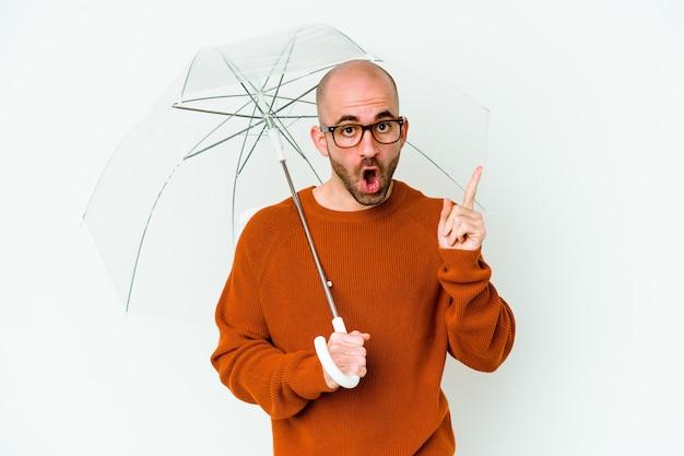 アイデア、インスピレーションのコンセプトを持つ傘を持っている若いハゲ男。