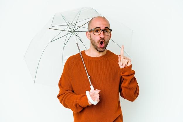 いくつかの素晴らしいアイデアを持って孤立した傘を持っている若いハゲ男