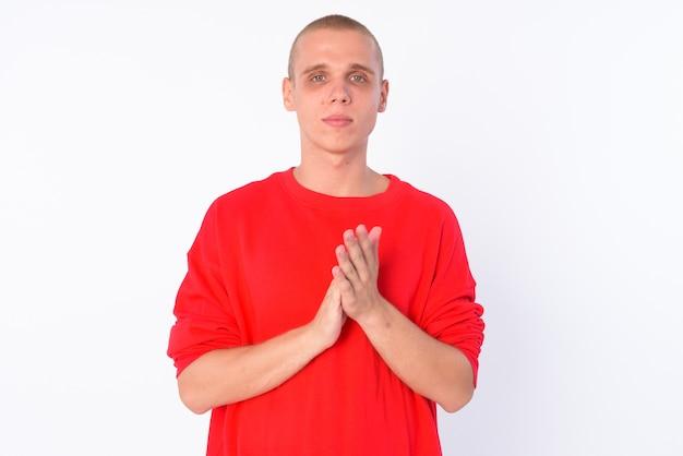 흰 벽에 고립 된 젊은 대머리 남자