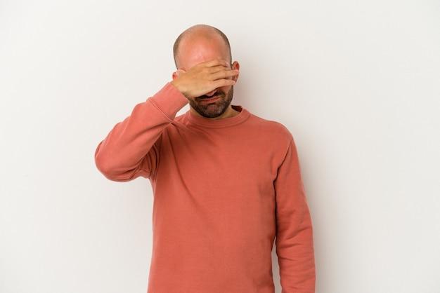 흰색 배경에 격리된 젊은 대머리 남자는 사원을 만지고 두통을 앓고 있습니다.
