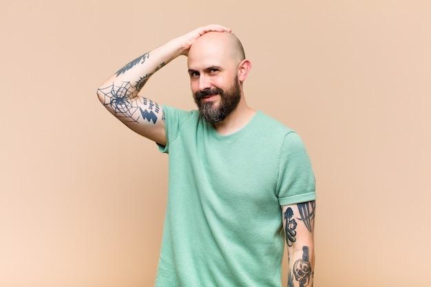 Модель молодого лысого человека, выражающая концепцию