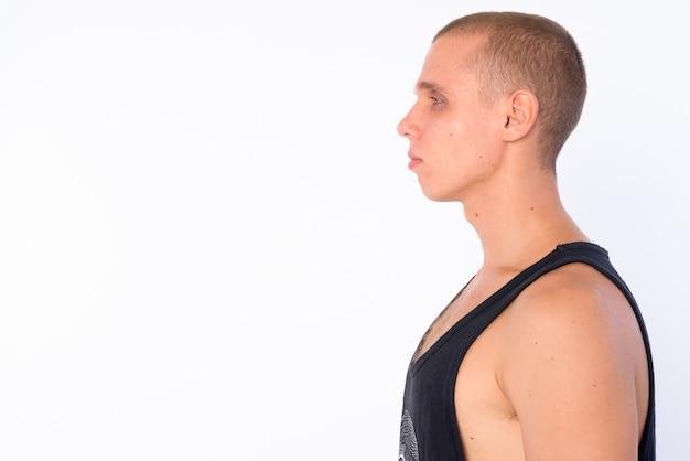 흰 벽에 고립 된 젊은 대머리 반항적 인 남자