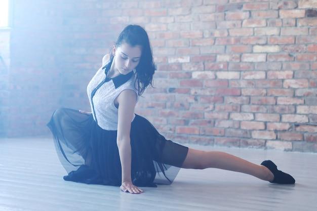 Молодая балерина растягивается