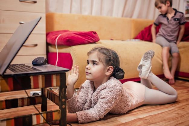 自宅でのオンラインバレエクラス、オンライン教育の後、ダンスのクラスメートと話す若いバレリーナ