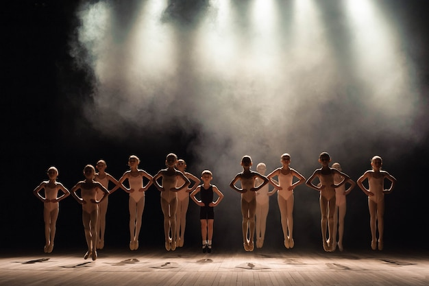 若いバレリーナがバレエのクラスでリハーサル。彼らはさまざまな振り付けの演習を行い、さまざまな立場に立っています。