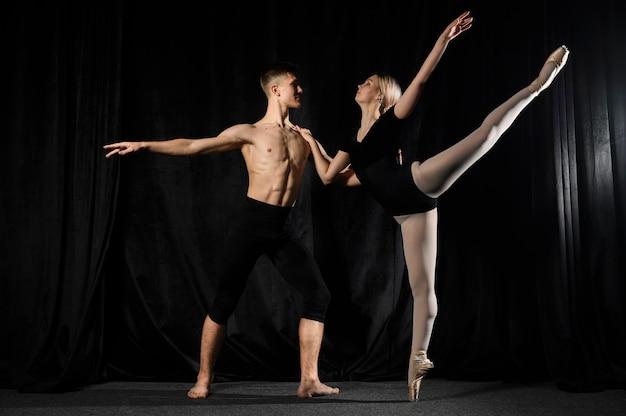 若いバレエカップルダンスとポーズ
