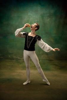 Giovane ballerina come personaggio di biancaneve con hamburger nella foresta. artista di balletto caucasico flessibile come personaggio di fairytail. storia moderna nei racconti classici. emozioni, confronto di epoche.
