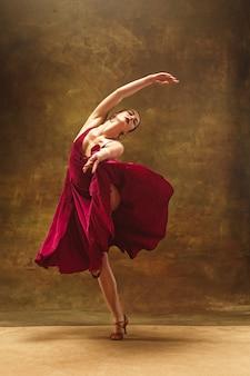 幼小芭蕾舞演员。和谐的漂亮女人穿着