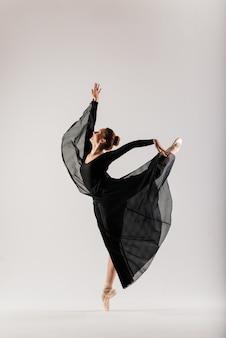흰색 바탕에 고립 된 젊은 발레 여성 댄서