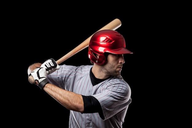 赤いヘルメットを持つ若い野球選手