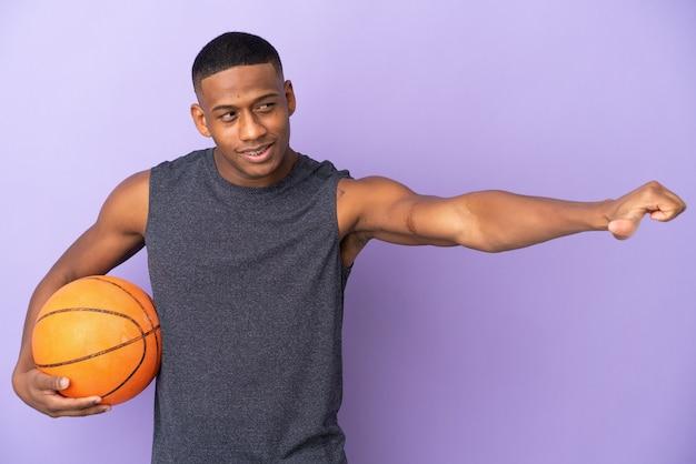 孤立した若いバスケットボールラテンプレーヤー男