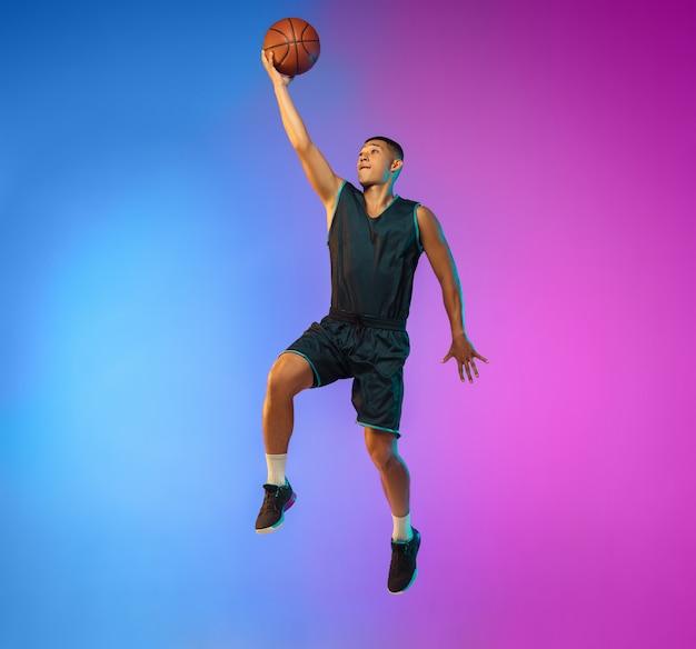 네온 불빛에 젊은 농구 선수, 훈련