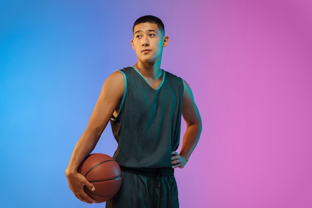 네온 불빛에 젊은 농구 선수