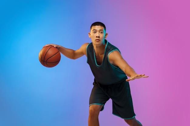 Молодой баскетболист в неоновом свете