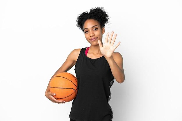 Латинская женщина молодой баскетболист изолирована на белом фоне, считая пять пальцами