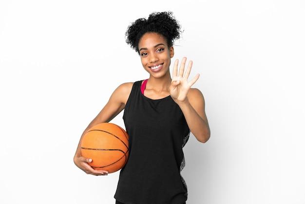 Латинская женщина молодой баскетболист изолирована на белом фоне счастлива и считает четыре пальцами