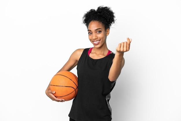 Латинская женщина молодой баскетболист, изолированные на белом фоне, делая денежный жест