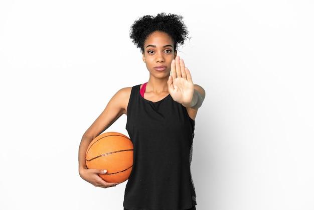 Латинская женщина молодой баскетболист, изолированные на белом фоне, делая жест остановки