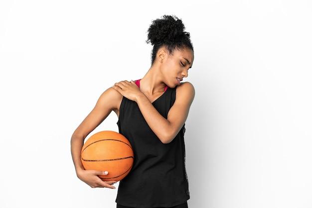 Молодой баскетболист латинской женщины изолирован на белом фоне страдает от боли в плече за то, что приложил усилие