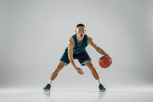 운동복 훈련을 입고 팀의 젊은 농구 선수, 행동 연습, 흰 벽에 고립 된 실행 모션
