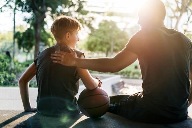 Tiro del giovane giocatore di basket