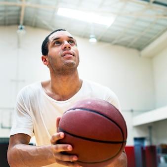 젊은 농구 선수 촬영
