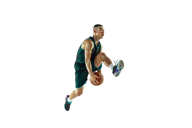 Giovane formazione del giocatore di pallacanestro isolata