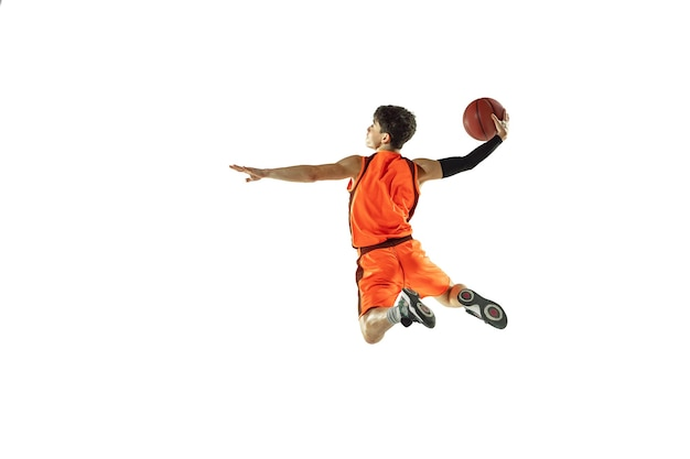 Тренировка молодого баскетболиста изолирована