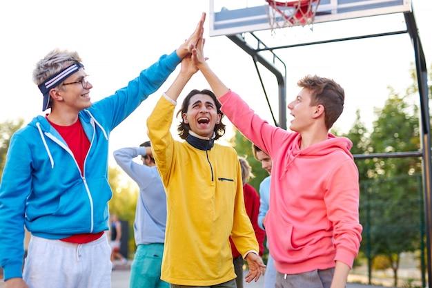 젊은 농구 팀이 서로에게 하이 파이브를