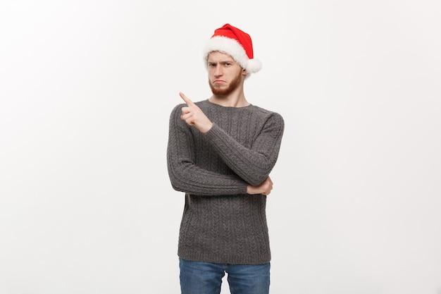 스웨터에 젊은 수염 남자는 연주와 측면에서 손가락을 가리키는 즐길 수