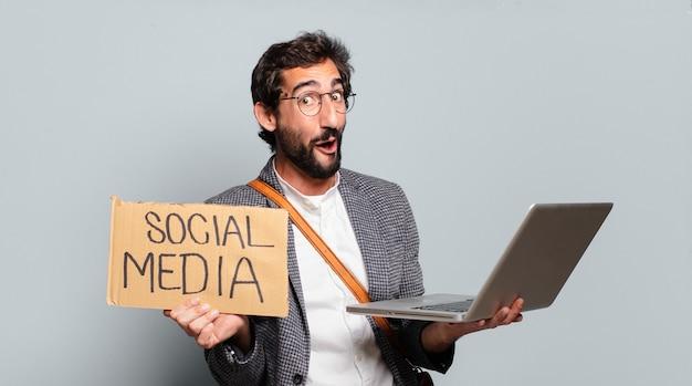 노트북으로 젊은 수염과 미친 사업가