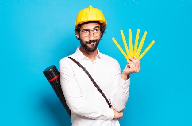 노란색 hardhat과 젊은 수염 된 건축가