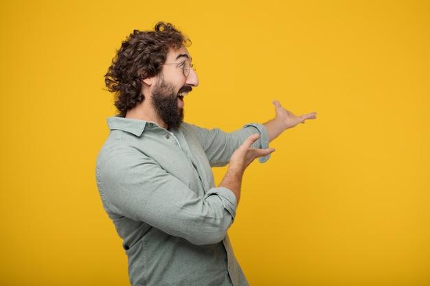 Молодой бородатый бизнесмен, выражающий концепцию