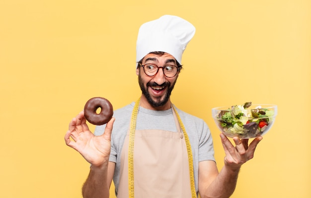 젊은 수염된 요리사 남자 놀란 표정