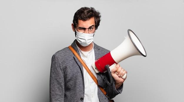 젊은 수염 된 미친 남자는 확성기로 항의