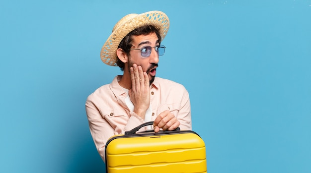 若いあごひげを生やした狂った男。旅行のコンセプト