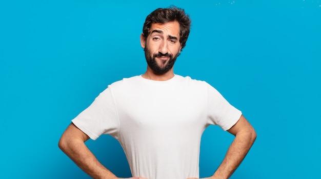 コピースペースを持つ若いひげを生やした狂った男。誇らしげな表情