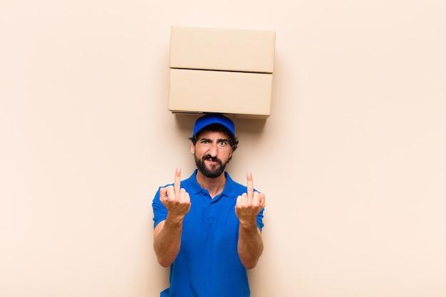 中指を弾くボックスで若いひげを生やした配達人