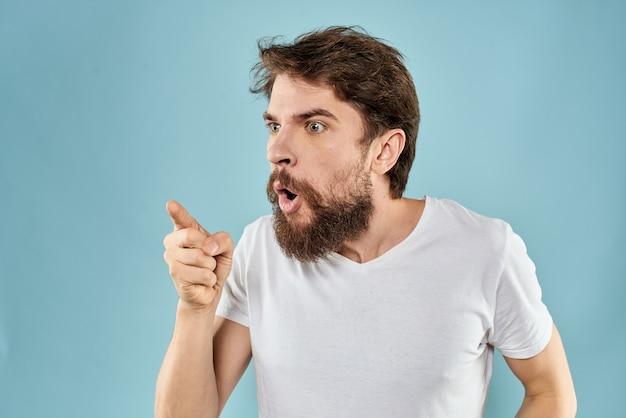 Tシャツでポーズをとって若いひげを生やした男