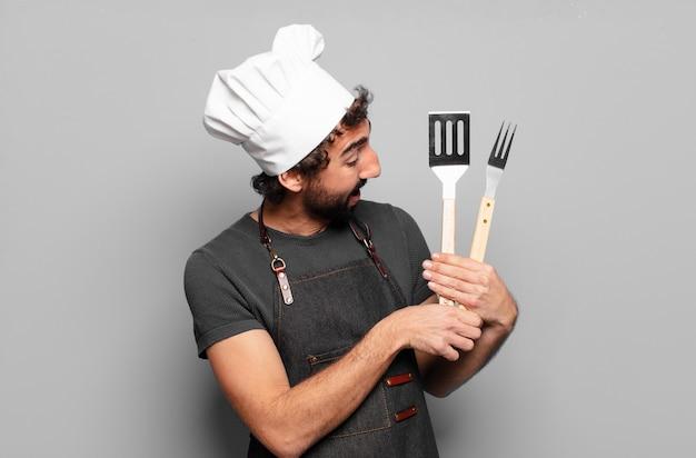 Концепция шеф-повара молодой бородатый человек барбекю