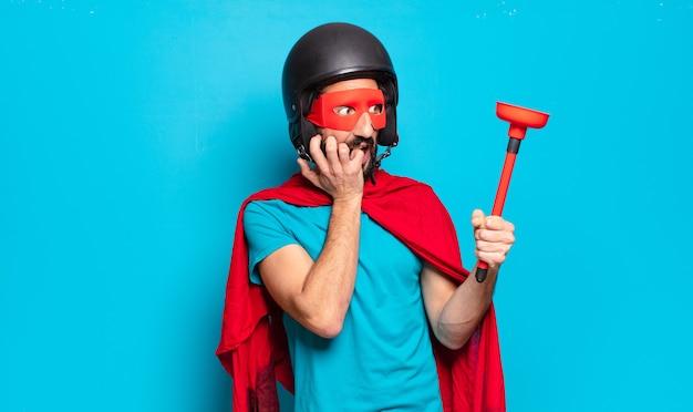 Молодой бородатый мужчина. сумасшедший и юмористический супергерой в шлеме и маске