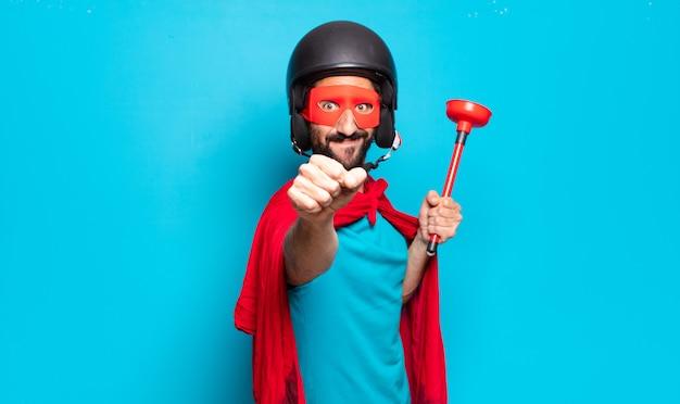 若いひげを生やした男。ヘルメットとマスクを持つクレイジーでユーモラスなスーパーヒーロー