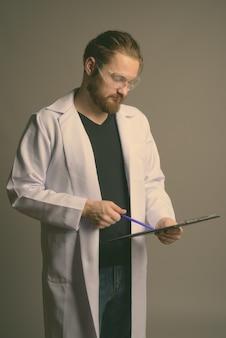Молодой бородатый мужчина врач