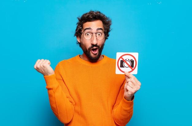 젊은 수염 난 남자 금지 사진 개념