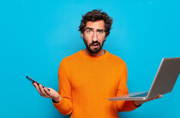 노트북을 들고 젊은 수염 된 남자. 소셜 미디어 개념