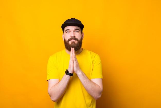 何かを祈る若いひげを生やした男