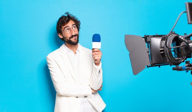 若いひげを生やした男のテレビ司会者。