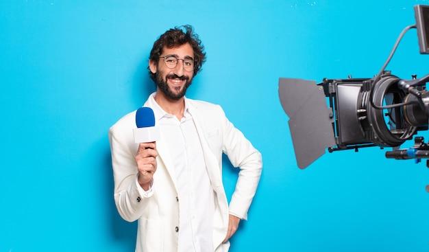 Молодой бородатый телеведущий.