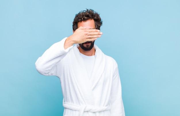 Молодой бородатый мужчина в купальном халате