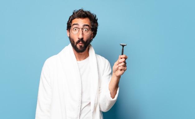 Молодой бородатый мужчина в халате. концепция бритья